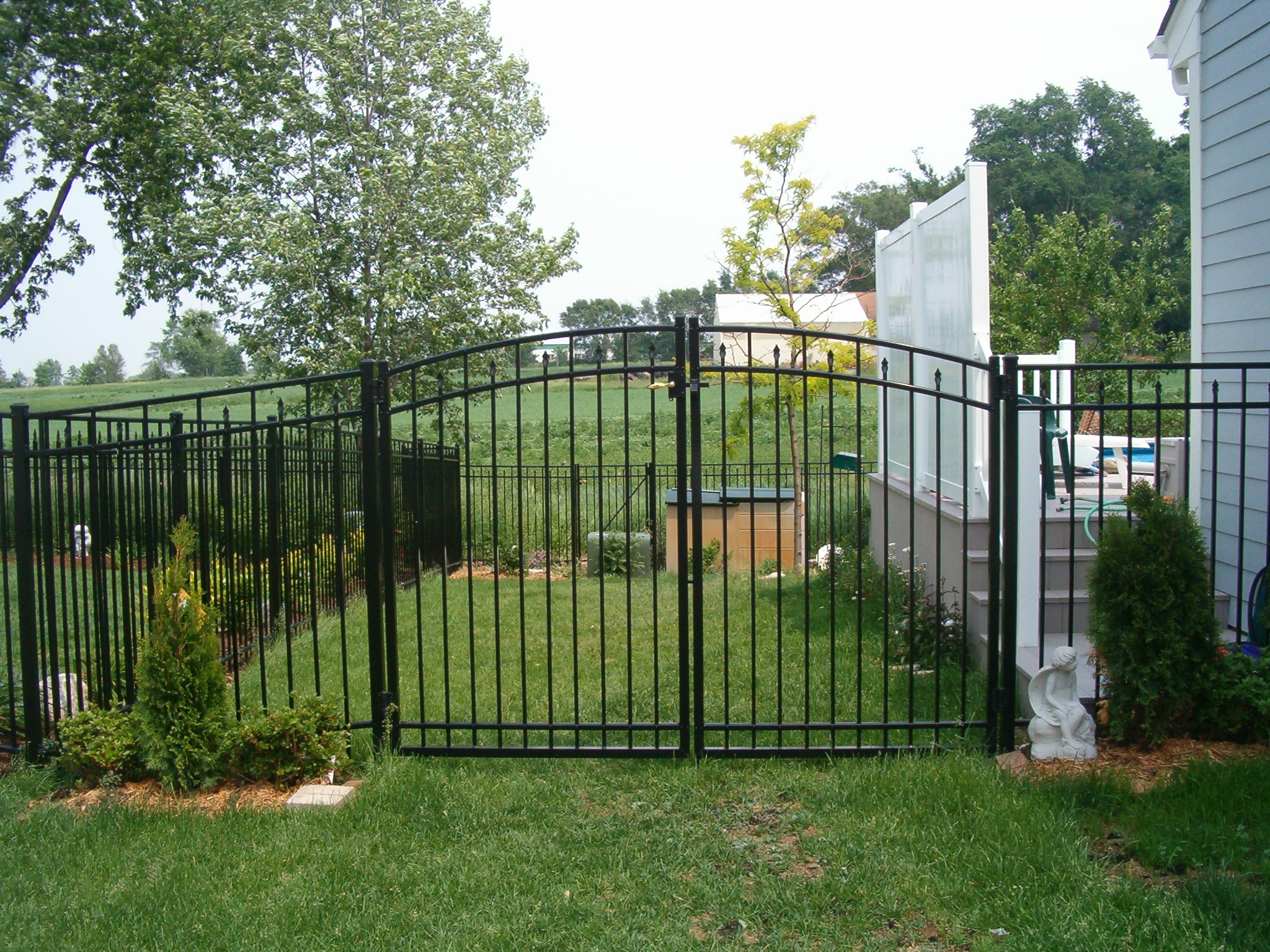 Aluminum fencing - Your guide to metal fence panels for privacy and safety ...